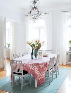 Personlig mix av klassiskt och modernt i ljusa färger - Sköna hem