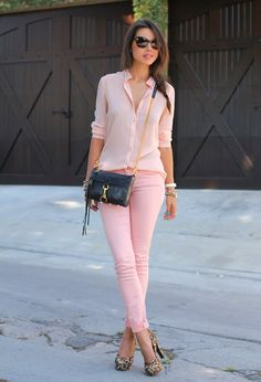 Roze broek en roze blouse + opvallende pumps