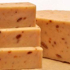 Jabón Mediterráneo. Jabón de aceite de oliva con piel de naranja y aceite esencial de naranja. En este modelo, a los beneficios del aceite de oliva le sumamos los de la naranja, que revitaliza la piel aportándole vitamina C. Los trocitos de la cáscara de esta fruta actúan como exfoliante de la piel cuando el jabón se usa directamente, eliminando así las células muertas.