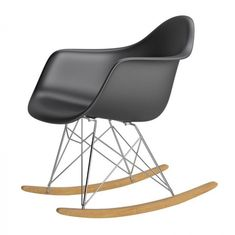 Organikus, formázott ülés, az íves fa lábak igazán vonzzák a tekinteteket! A P018 RR PP hintaszékeket elsősorban azoknak ajánljuk, akik szeretik a merész színeket és egyedi megoldásokat. Innovatív belső és klasszikus terekbe tökéletesen beleillik. Rocking Chair, Eames, Desi, Fa, Furniture, Home Decor, Chair Swing, Decoration Home, Room Decor