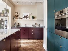 Colorful Scandinavian kitchen with blue and marsala kitchen cabinets Blue Kitchen Cabinets, Shaker Kitchen, Green Kitchen, Apartment Kitchen, Kitchen Interior, Kitchen Decor, Scandinavian Apartment, Scandinavian Kitchen, Scandinavian Style