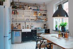 Kuchnia w stylu skandynawskim z otwartymi półkami