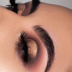 What eyeshadow shade should you be wearing? Gorgeous @nessasunshine_ slaying Solotica Natural Quartzo contact lens✨