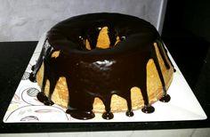 A massa do bolo com farinha de trigo integral deu tão certo que fiz hoje um de cenoura, com calda de chocolate.