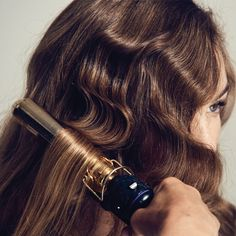 10 Finger Wave Tips for Flappers So in case you are invited to a Great Gatsby party or hosting your own, or you just love the elegant style, here are some tips and tricks on how to get the perfect makeup look for this specia… Long Hair Waves, Waves Curls, Pin Curls, Fringe Hairstyles, Retro Hairstyles, Old Hollywood Hairstyles, 1920s Long Hairstyles, Flapper Hairstyles, Great Gatsby Hairstyles