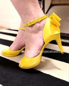 Salto Peep Toe meia pata cetim amarelo Marina Borja