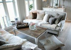 Stilfult stuebord med røff bordplate og hvitmalte ben i rokkoko stil. Bordet er laget av gamle materialer så sprekkdannelser kan forekomme. Bordplaten er vokset og det bør