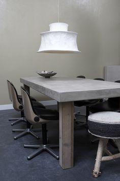 Tafel met houten poten en betonlook tafelblad. www.betonlookdesign.nl