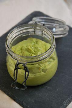 Recette de Sauce crémeuse à l'avocat - Ingrédients : 1 avocat bien mûr, 1 fromage blanc, huile d'olive, 1/2 citron, ciboulette, persil...