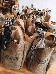 22 awesome diy christmas gift ideas to make you say wow 16 — remajacantik Wine Gift Baskets, Basket Gift, Burlap Crafts, Gift Hampers, Gift Packaging, Diy Christmas Gifts, Creative Gifts, Gift Bags, Tote Bags