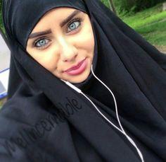 Image de islam muslim and voile Beautiful Arab Women, Beautiful Hijab, Hijab Style Dress, Hijab Chic, Arab Girls, Muslim Girls, Abaya Fashion, Muslim Fashion, Fashion Muslimah