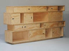 Multiplex kast met schuifdeurtjes   Materiaal: ruig multiplex blank gelakt   Maten 250 cm breed x 125 cm hoog x 35 cm diep
