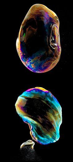 O fotógrafo suíço Fabian Oefner conseguiu capturar a beleza em uma explosão de bolhas de sabão.