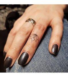 23 meilleures images du tableau tatouage doigt femme. Black Bedroom Furniture Sets. Home Design Ideas
