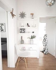 Unauffällige weiße Regale im Flur bieten Fläche für die Lieblingsdeko! Mehr Fotos auf COUCHstyle.de --- #regal #eames #vase #kähler #kalender #white #living #discokugel #plaid #designletters #flur #diy #interior #deko #living #wohnen #wohnideen #einrichten #interior #COUCHstyle