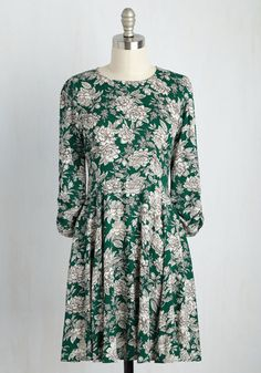 It's amazing how something as simple as an ensemble can boost your mood, and this green dress is no exception! An illustrated print of ivory flowers, ruched 3/4-length sleeves, and an exposed zipper pack this A-line frock with panache, creating a canvas in which to highlight your stunning smile.