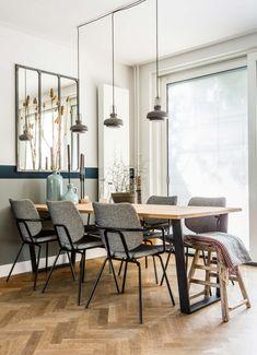 Houten eettafel met stalen poten en grijze stoelen bij Rik en Tamara uit aflevering 4, seizoen 2 | Make-over door Carlein Kieboom | Fotografie Barbara Kieboom