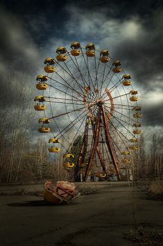 Deadly wheel by Pripyat - Chernobyl - Amusement park Abandoned Churches, Abandoned Mansions, Abandoned Places, Abandoned Theme Parks, Abandoned Amusement Parks, Dslr Background Images, Picsart Background, Dark Photography, Beautiful Buildings