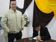#MatheusLCarvalho autografando mais um exemplar de seu #livro #OValeDosLobos.