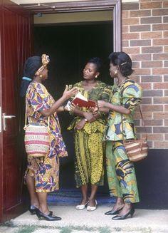 Des Témoins de Jéhovah qui prêchent l'Évangile. Le don gratuit de la rançon (sacrifice de Jésus),pousse les chrétiens à annoncer la bonne nouvelle sans être pour autant rémunérés.