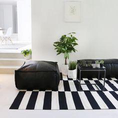 Elegant retro vloerkleedmet zwart-beigeaccenten. Beschikbaar in 2 afmetingen. Black Couches, White Carpet, Elegant, Black And White, Big Black, Ottoman, Living Room, Chair, Rugs