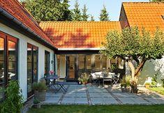Udnyt krogen mellem to længer i huset til anlæggelse af terr Terrace Design, Modern Barn, My Glass, Old Houses, Pergola, Farmhouse, Exterior, Outdoor Structures, Windows