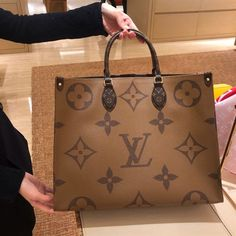 Our Factory offer best Designer HIGH quality replica handbags in cheaper price! Louis Vuitton Handbags, Louis Vuitton Speedy Bag, Lv Handbags, Sac The Kooples, My Bags, Purses And Bags, Sacs Louis Vuiton, Fake Designer Bags, Lv Shoes