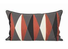 Dieses hochwertige Kissen aus Bio-Baumwolle bringt mit seinem fröhlichen grafischen Muster und den gedeckten Retrofarben Leben in Deine Bude.