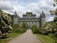 Inveraray Castle & Gardens ist unbestritten das Glanzstück in der Grafschaft Argyll. Umgeben von einem zauberhaften Park und einem dichten grünen Wald, zählt das historische Märchenschloss mit zu den schönsten und bezaubernsten in ganz Schottland. Im Schloss befinden sich unzählige Erbstücke der Campbell Familie.  Das Schloss war und ist bis heute Herrschaftssitz der Herzöge und Herzoginnen von Argyll