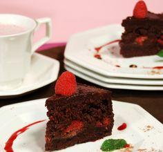 Check out this recipe for #raw, #vegan Raspberry Ganache Fudge Cake!