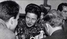 Simone de Beauvoir (devant elle, Boris Vian - gauche - et Jean-Paul Sartre -droite), Café Procope, Paris, 1951. Photo: Collection Particulière de Simone de Beauvoir. [On fait un hommage à Beauvoir,...