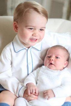 Família Real britânica divulga imagens da Princesa Charlotte com Príncipe George (FOTOS)