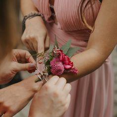 """30 curtidas, 6 comentários - Floristas por Caroline Piegel (@asfloristas) no Instagram: """"Você sabe o que é um Corsage? ⠀⠀⠀⠀⠀⠀⠀⠀⠀ Do francês """"bouquet de corsage"""" significa um buquê de…"""""""