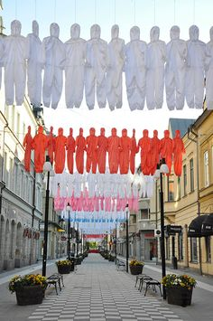 Ai WeiWei unveils a new street installation in Örebro, Sweden Not really sure what Ai Weiwei is about but his repetition fascinates me, this one is especially beautiful. Ai Weiwei, Textile Sculpture, Art Textile, Sculpture Art, Street Installation, Activist Art, Street Art News, Environmental Art, Conceptual Art