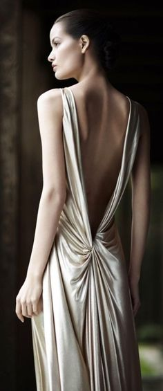 So simple and so very elegant and sexy. Old Hollywood Glamour at its best. Beautiful Gowns, Beautiful Outfits, Vestido Dress, Drape Gowns, Estilo Fashion, Fashion Details, High Fashion, Fashion Beauty, Evening Dresses
