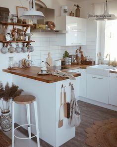 Low Budget Home Decorating Can Really Give Your Home a Lift Boho Kitchen, Home Decor Kitchen, Kitchen Interior, New Kitchen, Home Kitchens, Küchen Design, House Design, Scandinavian Style Home, Beautiful Kitchens