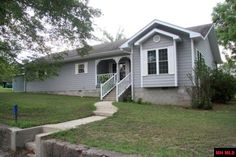 You can walk to the White River from this charming 2 BR 2 BA, 2 car garage sweet spot! Your piece of the Ozarks comes with 1200 sq ft, custom finishes and a deck for the BBQ. Enjoy a fenced-in yard for the dog, a 10x16 shed and a storm shelter. Park your boat on one of the TWO extra lots. Access ramp to the White River in 5 minutes,to Lake Norfork in 20. Join the Calico Rock community or consider the ROI for nightly or weekly rentals.This one owner home includes all appliances! in Calico…