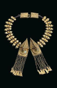 Indonesia - Sumatra | Necklace from the Karo-Batak people; gilt silver.  Of the type 'sertali rumah-rumah' | ca. 1st half of the 20th century | Est. 800 - 1'000€ ~ (Nov '14)