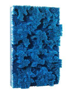 Francesca Pasquali, Blue straws, 2017, pailles en plastique bleu et transparent sur panneau en bois et cadre métallique laqué bleu. Courtesy Tornabuoni Art Paris