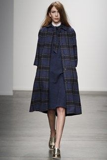Karen Walker Fall 2014 Ready-to-Wear Collection Photos - Vogue Ny Fashion Week, New York Fashion, Runway Fashion, Fashion Show, Fashion Design, Womens Fashion, Karen Walker, Tartan, New Yorker Mode