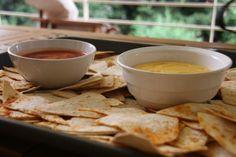 Νάτσος με τσένταρ σως και σάλτσα ντομάτας Nachos, Tomato Sauce, Cheddar, Tableware, Dinnerware, Cheddar Cheese, Tomato Gravy, Tablewares, Tortilla Chips