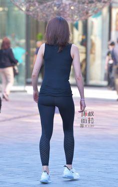 微博 Yoga Pants Girls, Gym Pants, Girls In Leggings, Tight Leggings, Leather Leggings, Asian Woman, Asian Girl, Beautiful Asian Women, Ladies Golf