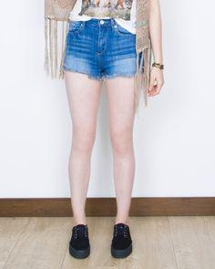 ¡Diseñado para hacerte sentir cómoda! estos shorts un poco debajo de tu cintura  con cinco bolsillos , y dobladillos deshilachados lo hacen ideal para tu pinta de verano.