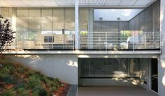 Ramat Hasharon House 1 by Pitsou Kedem Architect Modern Architecture House, Residential Architecture, Interior Architecture, Modern Houses, Pitsou Kedem, Prefab, Minimalist Home, Midcentury Modern, Home And Family