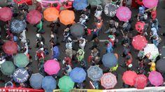 #blockupy Farbenfroh: Unter den Regenschirmdächern fällt der Demonstrationszug auch aus der Vogelperspektive auf.