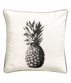 Katso! Puuvillatvillinen tyynynpäällinen, jossa ananaspainatus, kontrastivärinen kanttinauha ja piilovetoketju. – Käy hm.comissa katsomassa lisää.