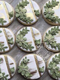 Green and gold cookies Fall Cookies, Iced Cookies, Cute Cookies, Cupcake Cookies, Galletas Decoradas Royal Icing, Galletas Cookies, Cookie Icing, Royal Icing Cookies, Baby Shower Cookies