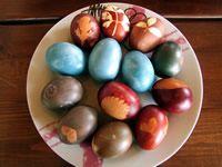 Βάψιμο αυγών με υλικά από τη φύση