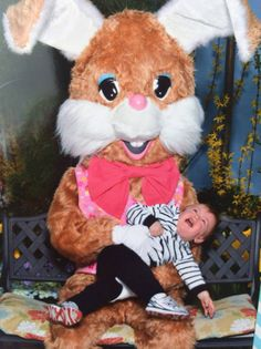 None of these children were seen again after getting their pictures taken; they were too terrified to come back to the mall, lest they run into another terrifying Easter Bunny! Creepy Eyes, Scary, Strangers When We Meet, Easter Bunny Pictures, Awkward Photos, New Nightmare, Weird Pictures, Vintage Easter, Belle Photo