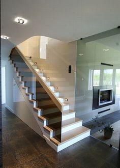 Betonowe stopie pokryto drewnem jesionu. Odpowiednio dobrane oświetlenie schodów i szklana balustrada sprawiają wrażenie, że cała konstrukcja lewituje w powietrzu, a jednocześnie jest solidna i trwała.